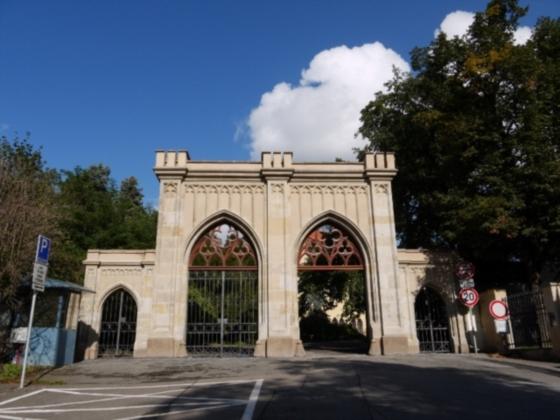 Vstupní novogotická brána